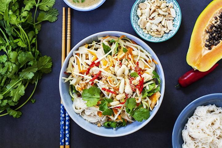 Asiatisk sallad med kyckling och teriyakinudlar