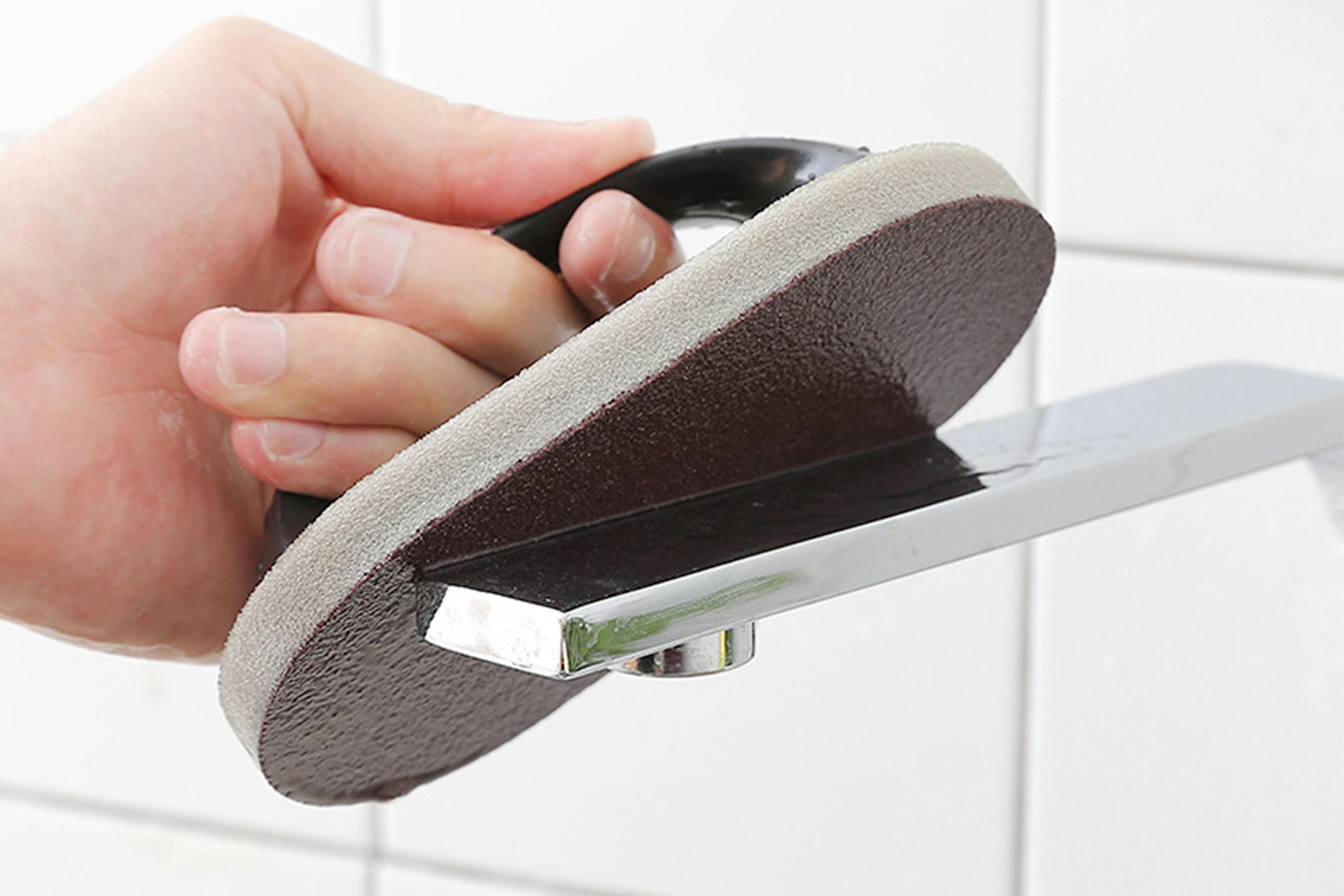 Effektiv skrubbesvamp med håndtak