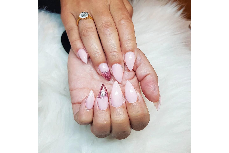 Förlängning och förstärkning av naglar