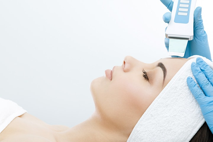 Ansiktsbehandling med ultralyd hos There She Glows