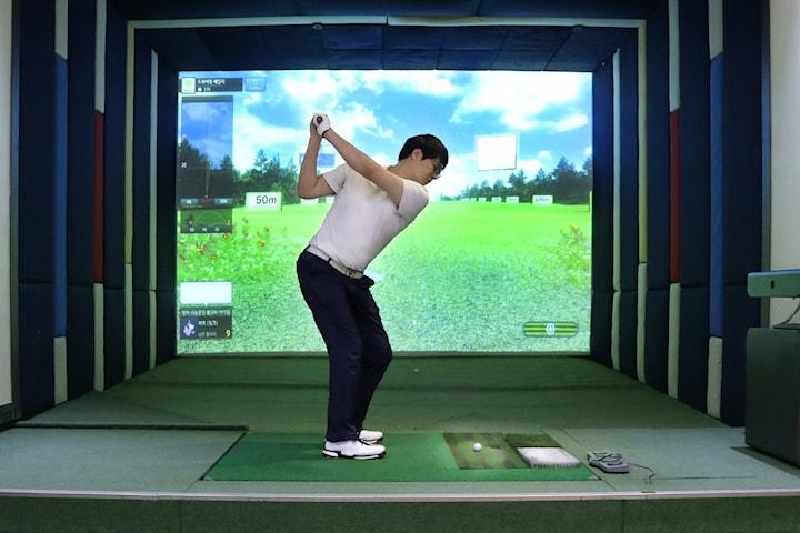 Öva upp swingen i golfsimulator hos The Club Malmoe