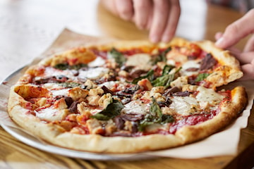 Få opptil 6 pizzaer med rømmedressing hos Club Maccaroni