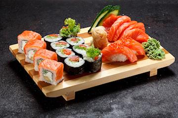 50 eller 80 biter sushi fra Deilig Thai & Sushi i hjertet av Oslo