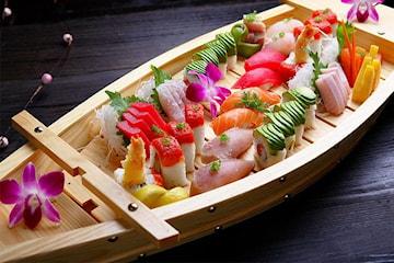 50 bitar sushi + 1 sjögrässallad och 3 chilimayo hos Sushi Express