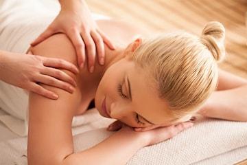 Velg mellom klassisk massasje eller fotmassasje hos Lily Beauty & Spa
