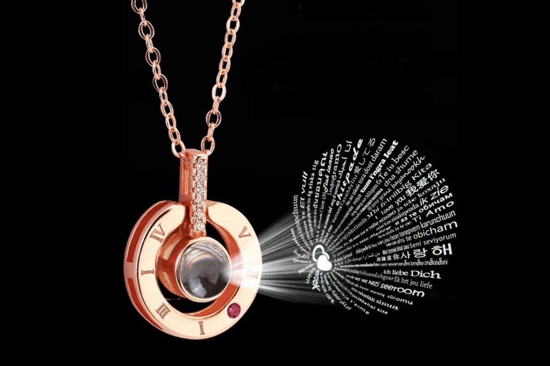 """Smycke som projicerar """"jag älskar dig"""" på 100 språk"""