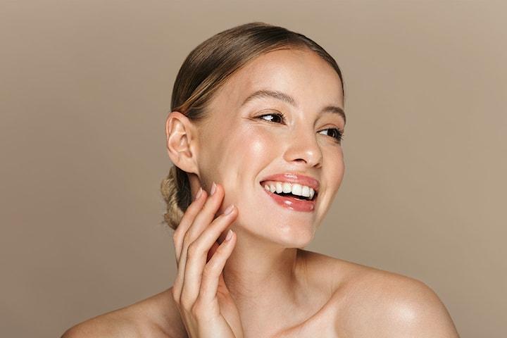 Återfuktande och uppstramande ansiktsbehandling