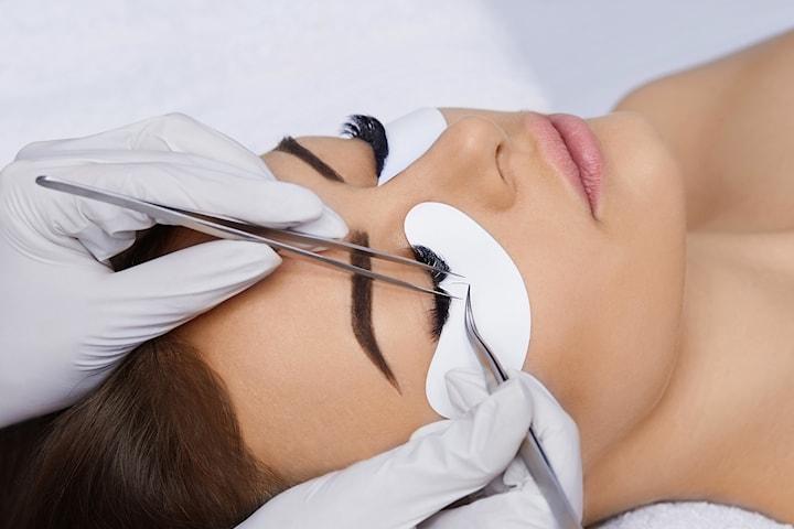 Brynslaminering med eller uten vippeløft hos Beauty Addicts