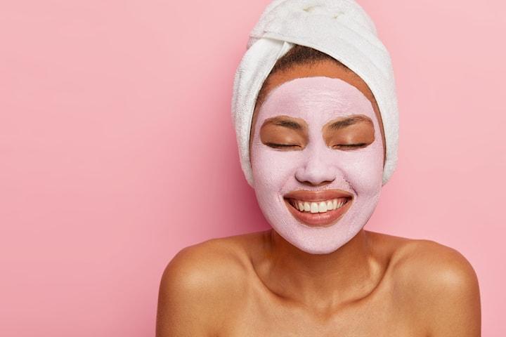 Ansiktsbehandling reducerar fina linjer och återfuktar på djupet