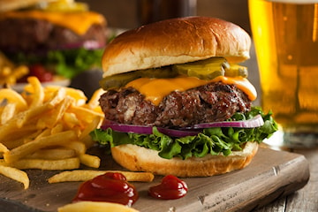 Hamburger med fries og aioli hos Lokalt og Lekkert i Torghallen