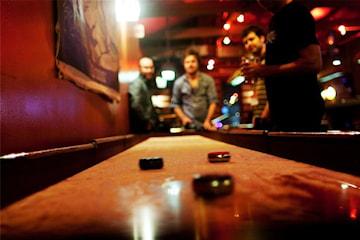Spill shuffleboard, biljard eller test ut simulatoren på Åsane Bowling