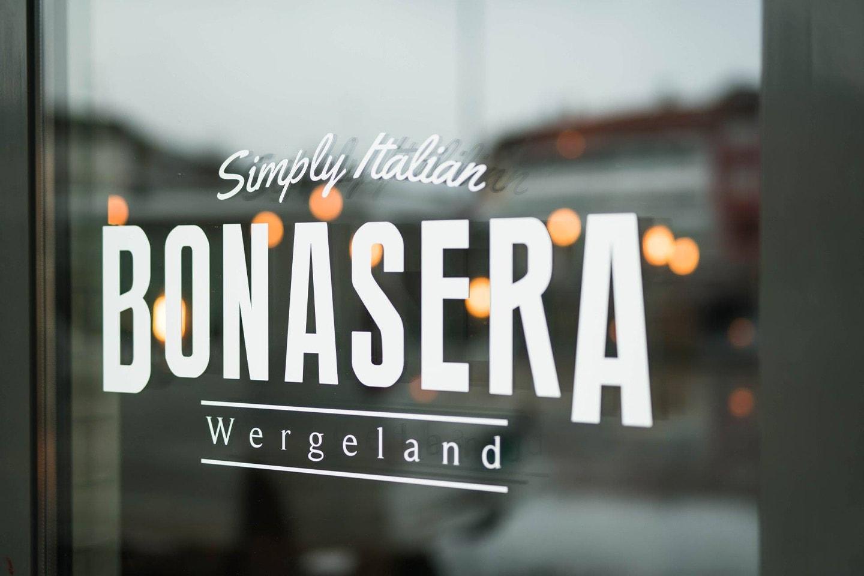 Italiensk tre retters med ett glass musserende hos Bonasera