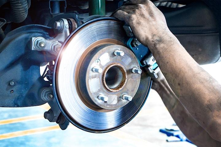 Skifte av bremseskiver og klosser foran og bak hos IR Auto